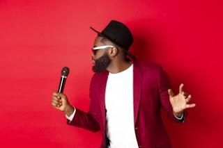 cantor negro talentoso com fundo vermelho