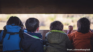 Bambini nascosti in una baracca in campagna