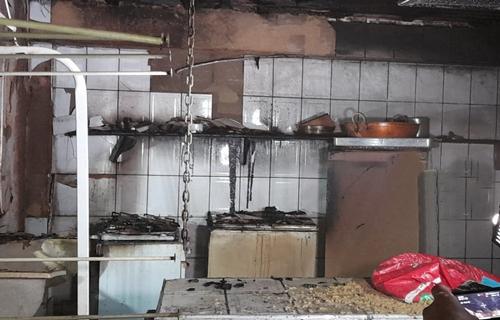 Bombeiros são acionados após botija explodir em cozinha de residência na leste da capital