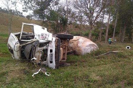 http://www.jornalocampeao.com/2019/09/caminhao-capota-em-rodovia-e-motorista.html