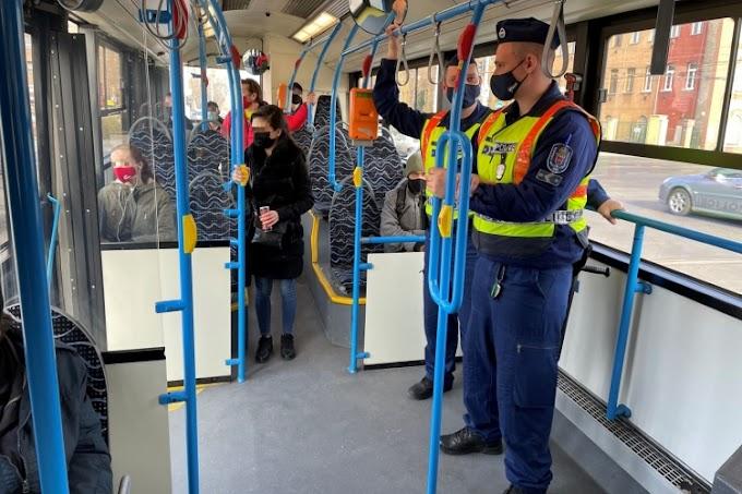 Egyenruhás rendőrök figyelik a kőbányai buszokat