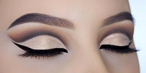 Ojos maquillados estilo años 60 con cut crease beige y marrón