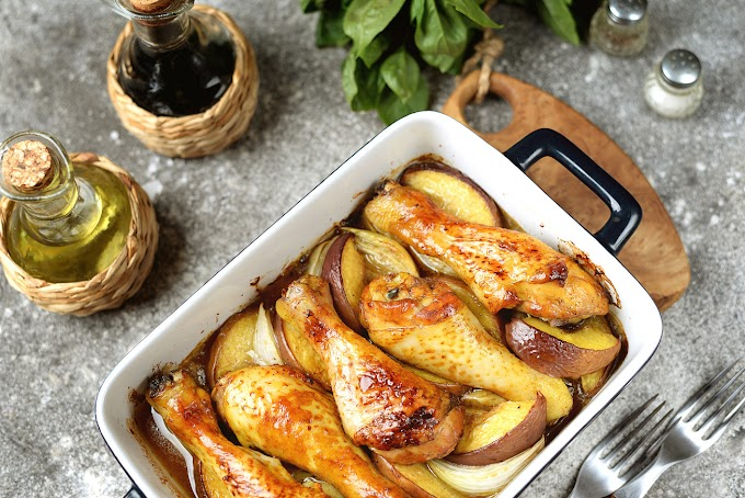Almával-hagymával sült szaftos csirkecomb: ropogós, fényes lesz a bőre