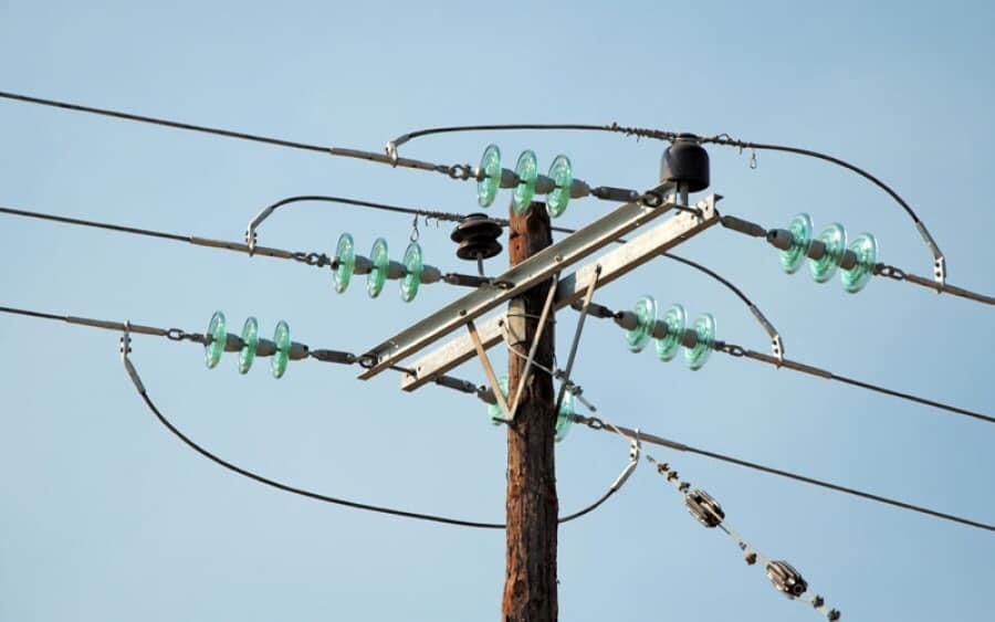 Ένα ιδιαιτερα σημαντικό πρόβλημα το οποίο καλείται να αντιμετωπίσει η Χαλκιδική ειναι η έλλειψη κολώνων ηλεκτρικού ρεύματος.