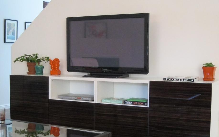 desain rak tv dibawah tangga