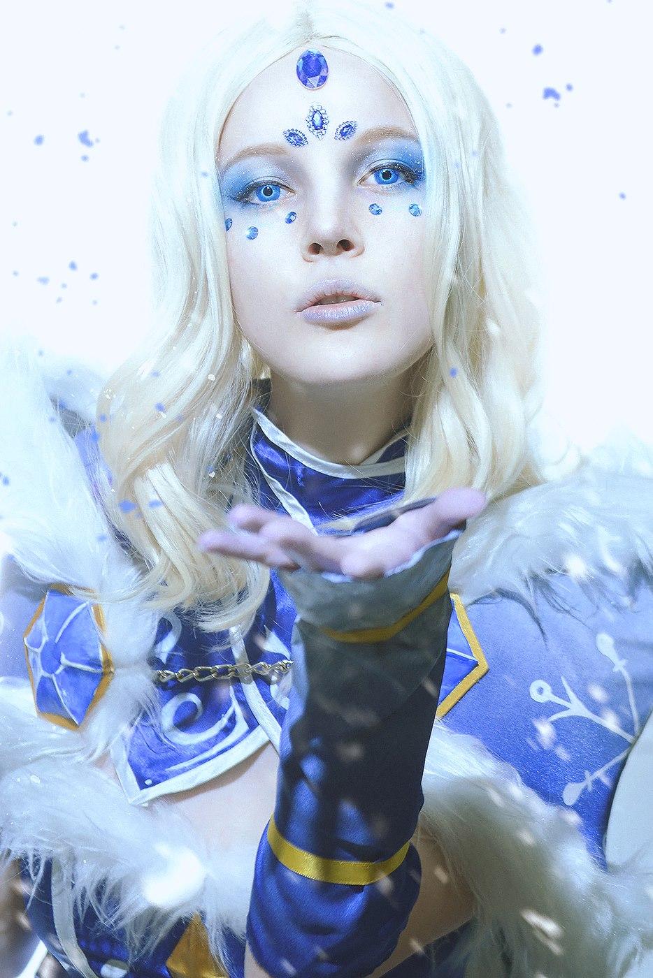 Dota 2 crystal maiden cosplay