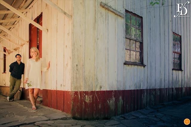 ensaio fotográfico pré-casamento realizado em antônio prado cidade de colonização italiana na serra gaúcha com a participação do animal de estimação cachorro pet do casal casamento com cerimonial de fernanda dutra cerimonialista de casamentos em porto alegre e serra gaúcha
