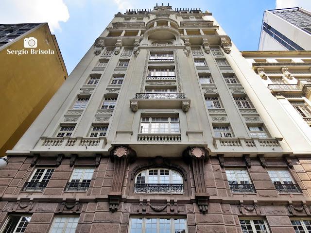 Perspectiva inferior da fachada do belo Prédio Sampaio Moreira - Centro Histórico de São Paulo