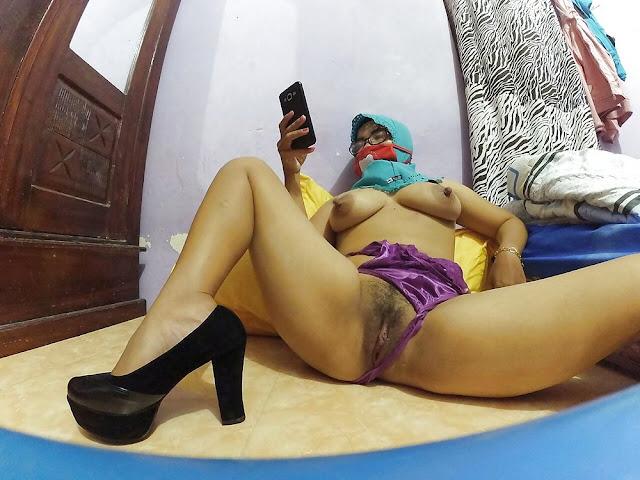 Cewek Jilbab Bugil Telanjang