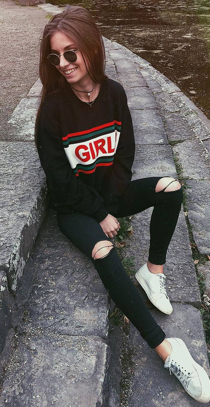 fall casual outfit idea : printed sweatshirt + ripped jeans + sneakers