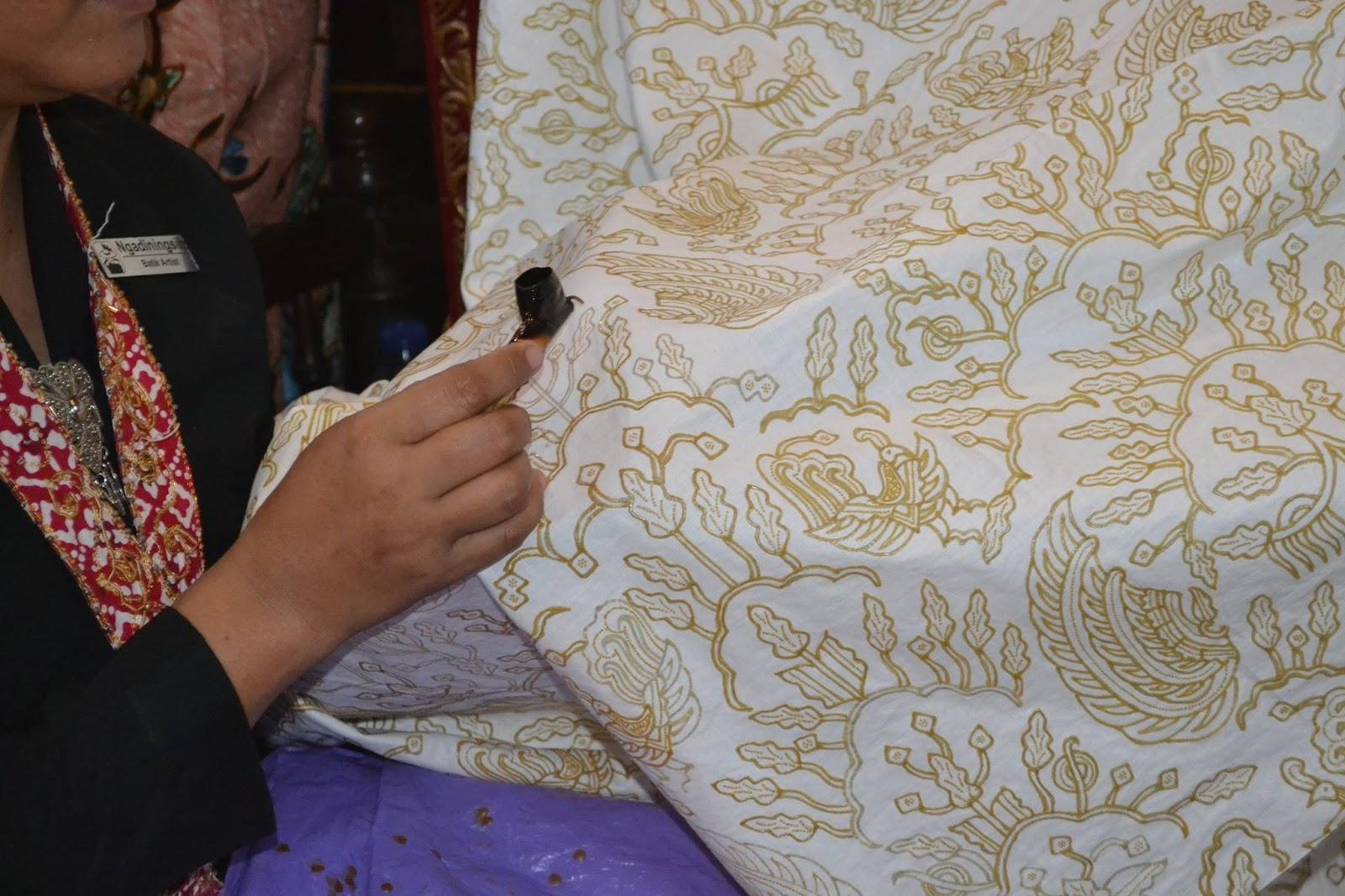 Terkadang kurangnya pengetahuan tentang batik membuat kita sulit menentukan  perbedaan antara berbagai macam batik yang dijual di pasaran. aff2d0164d