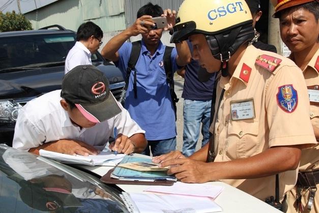 Bị công an giao thông dừng xe, Lái xe có được xem chuyên đề không?