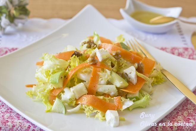 Ensalada de escarola con manzana, zanahoria, queso y nueces