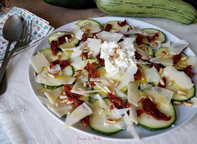 Ensalada de calabacín, requesón y tomate seco