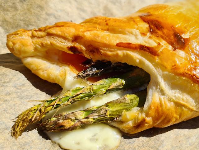 Ein Rezept, zwei Varianten: Blätterteig-Taschen mit grünem Spargel und Blätterteig-Taschen mit Paprika. Sowohl Kinder als auch Eltern essen diese Variationen gern!
