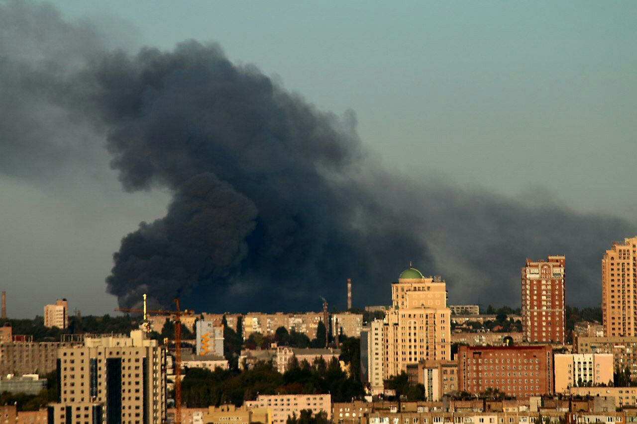 Melni dūmi no munīcijas noliktavas ugunsgrēka