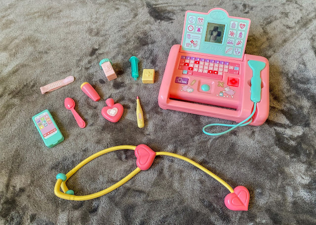 The contents of the Baby Annabell Medical scanner set includes the scanner and 10 accessories