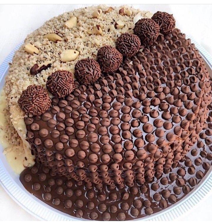 bolo enfeitado de chocolate