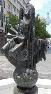 το γλυπτό Αναδυόμενη ΙΙ του Δημήτρη Αρμακόλα στην οδό Ερμού των Αθηνών