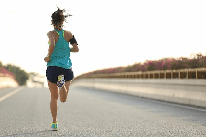 """Exercitar o corpo traz benefícios à saúde, ajuda a emagrecer, controla os níveis de açúcar no sangue e também traz uma série de benefícios, alguns até mesmo estéticos. """"É comum que praticantes de atividade física, depois de alguns meses de exercício diário e regular, notem a pele mais saudável e com mais viço e isso ocorre pelo aumento do fluxo sanguíneo das células e melhora da oxigenação dos tecidos."""