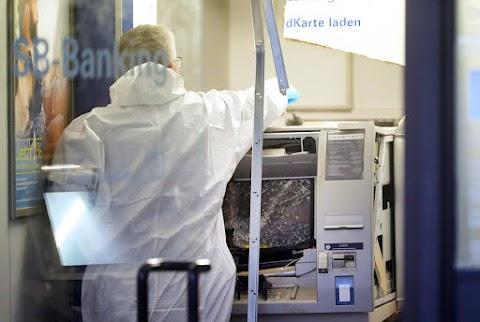 Bankautomaták felrobbantása miatt börtönbüntetésre ítéltek tíz embert Hollandiában