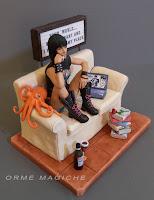 modellino personalizzato ragazza metallara divano libri vino statuina donna moglie orme magiche