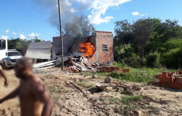 Após discussão com ex-mulher, homem ateia fogo em residência e filho de um ano e oito meses morre, em Pindaí
