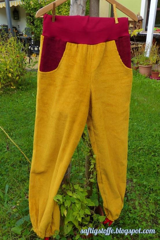 Pluderhse Haremshose aus gelbem Corstoff mit roten Taschen