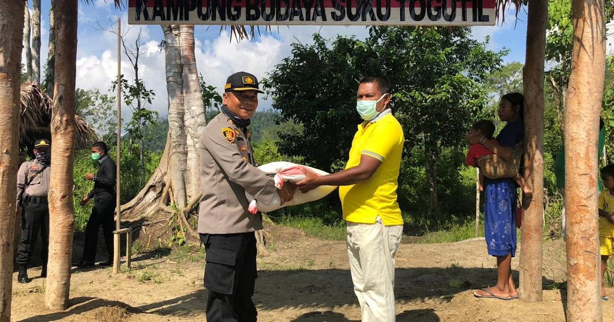 Kapolres Haltim Serahkan Bantuan Sembako Untuk Masyarakat Suku Togutil Nusantaratimur Com