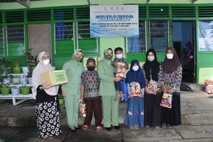 Ketua Persit Kartika Chandra Kirana Koorcab Rem 141 PD XIV/Hasanuddin  Bersama Pengurus Laksanakan Bakti Sosial