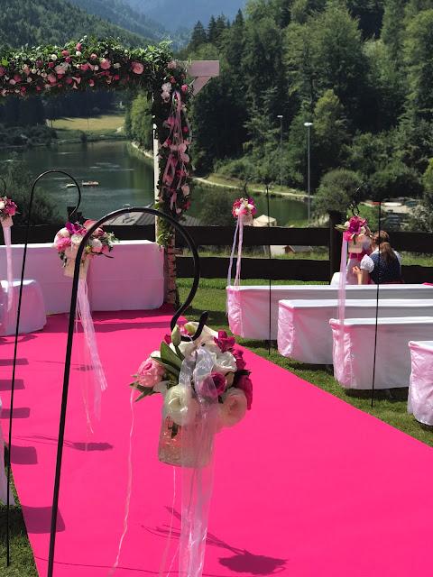 Freie Trauung auf der Bergwiese, Pink travel themed wedding - Reise ins Glück Hochzeitsmotto im Riessersee Hotel Garmisch-Partenkirchen, Bayern Sommerhochzeit im Seehaus in den Bergen, Hochzeitsplanerin Uschi Glas