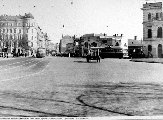 1958 год. Рига. Улица 13 Января и Привокзальная площадь. Справа видно здание ж/д вокзала. Троллейбус следует по улице Гоголя.