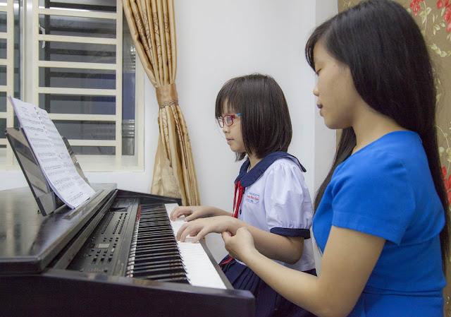 Giáo viên trường nhạc SMS hướng dẩn học viên tư thế đánh đàn Piano đúng