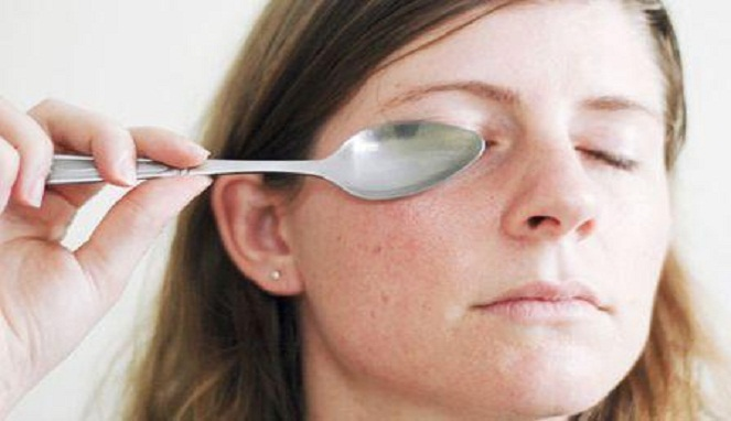 Ilustrasi menghilangkan lingkaran hitam mata dengan sendok