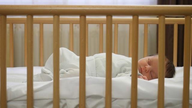 Muere bebé luego de que su padre la dejara sola en casa más de 10 horas