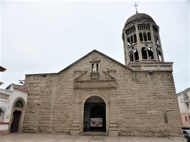"""Portada de la iglesia de Santo Domingo con su torre """"inacabada"""""""