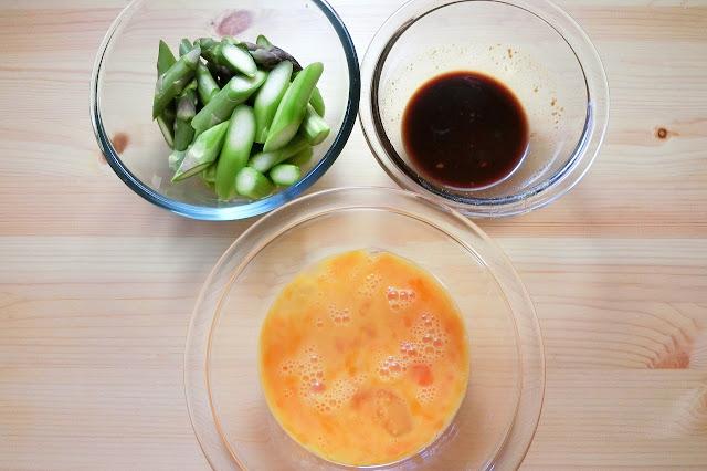 小さめのボウルに【合わせ調味料】を作り、もうひとつのボウルに卵を溶いておきます。