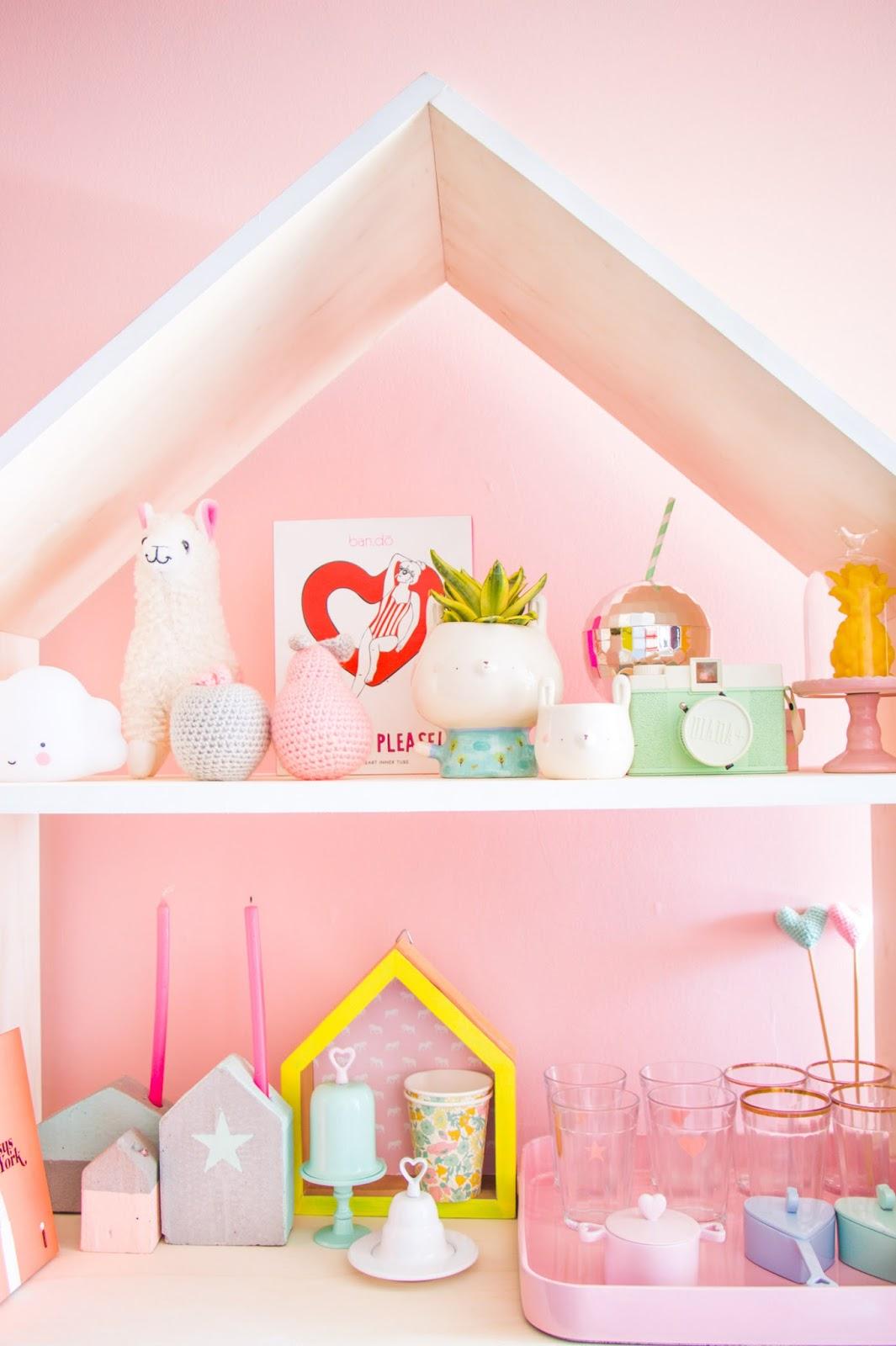decoração com objetos fofos parede rosa blog do math