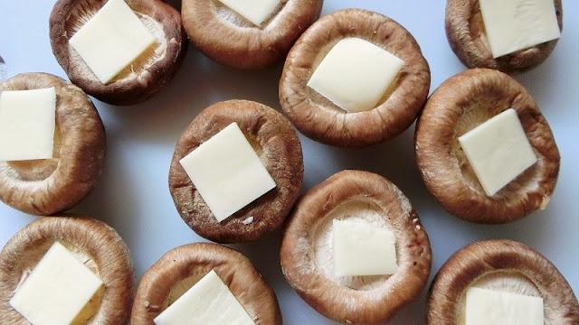 しいたけのヒダがある面にチーズをのせる