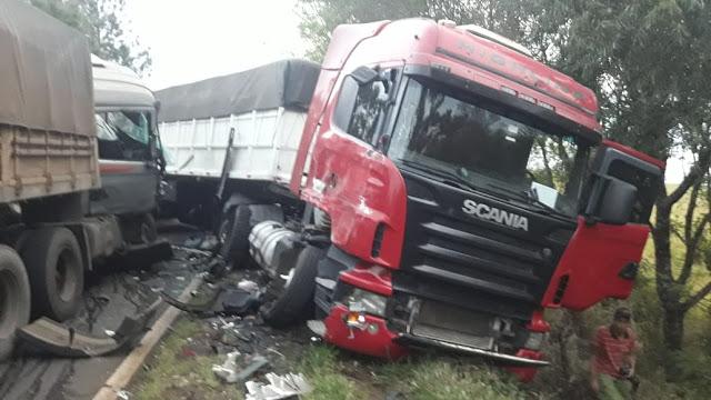 Caminhão parado na pista causa dois acidentes na PR-466