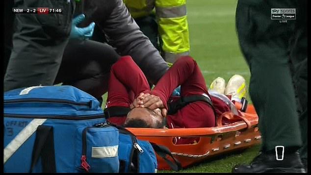 Chấn thương nặng, Salah nằm cáng, bật khóc rời sân 2