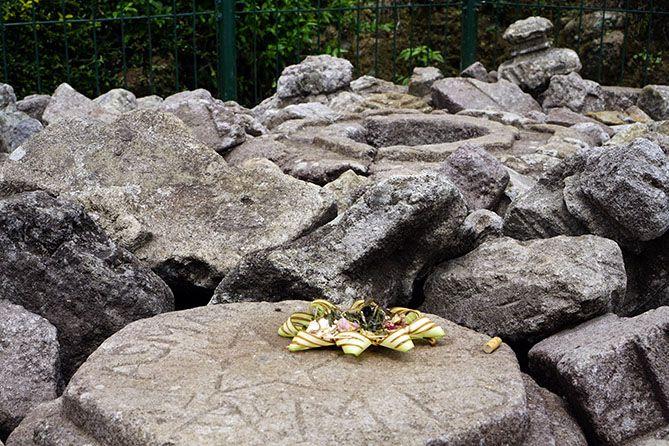 Bunga-bunga yang ditinggal di atas batu candi