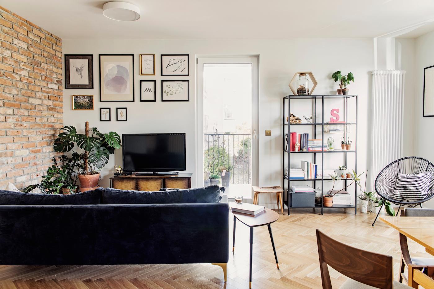 mesa de centro de inspiración retro con sofá de terciopelo