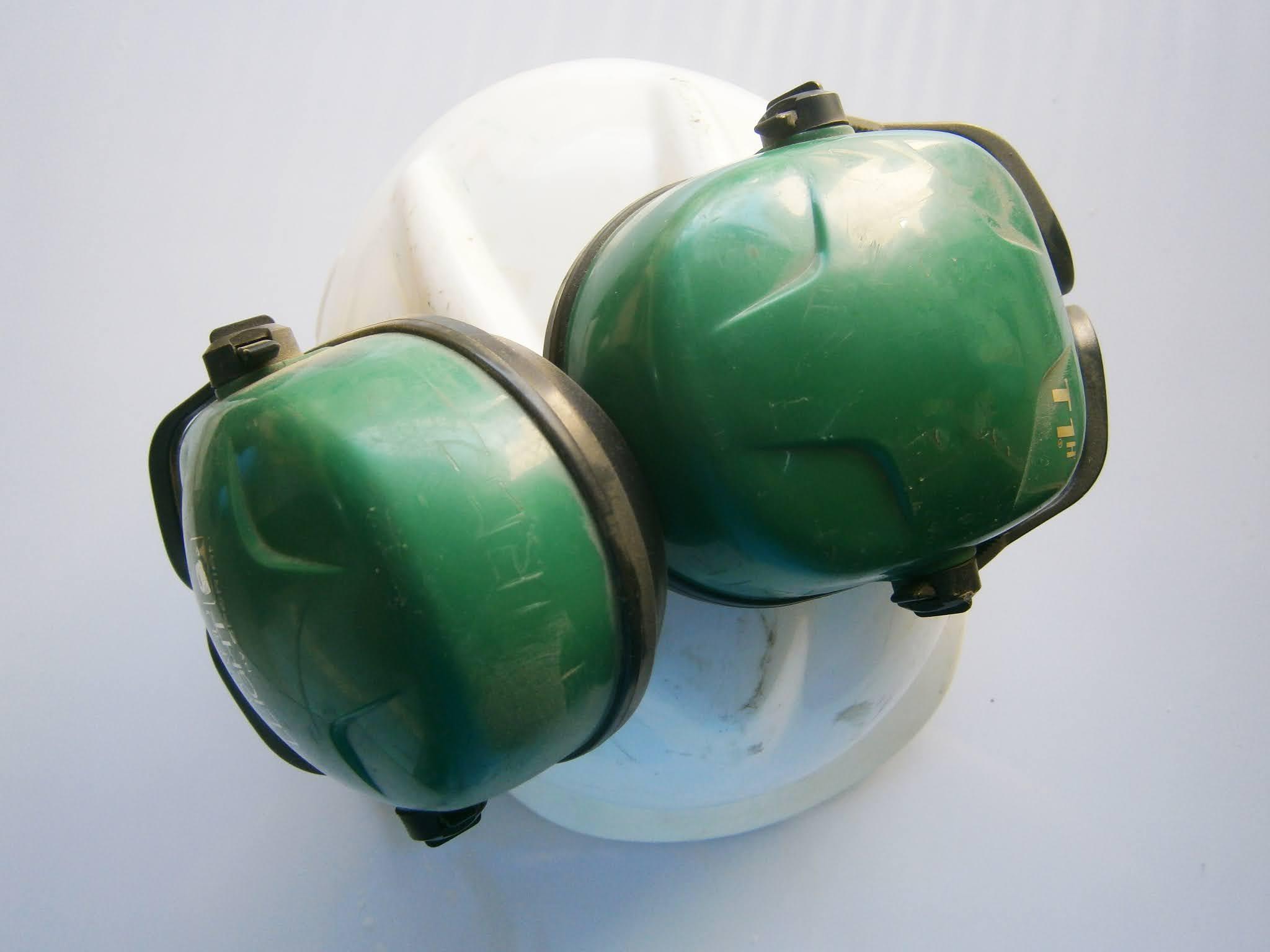 Casco de Ingeniero para obra y que tiene sorderas de color verde