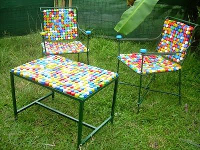 mesita con sillas recubiertas de corcholatas