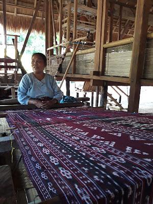 Mama Kompi sedang menenun