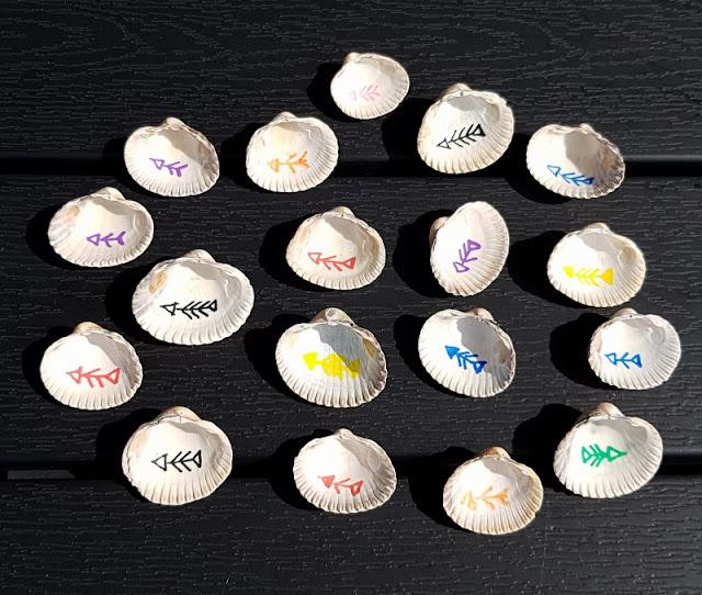 DIY: Unser Muschel-Memory. Auf Küstenkidsunterwegs zeige ich Euch, wie Ihr die Muscheln mithilfe von Stiften mit bunten Fisch-Motiven bemalen und so Euer Memory-Spiel selber basteln könnt, gerne zusammen mit Euren Kindern. Eine tolle Erinnerung an den Urlaub und für uns auch an Dänemark!
