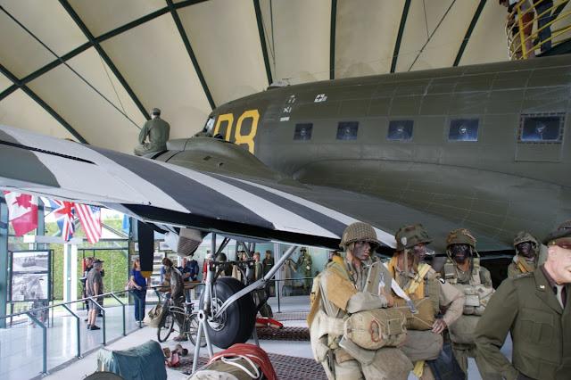Interno del Museo dell'aviazione con scenografia