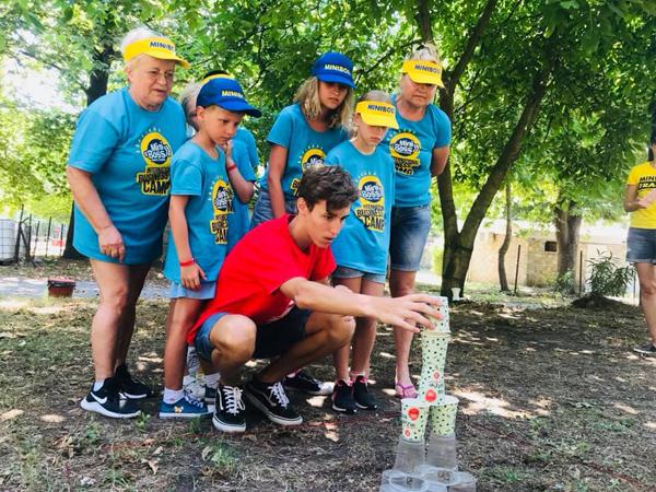 Дети строят пирамиду из одноразовых стаканчиков