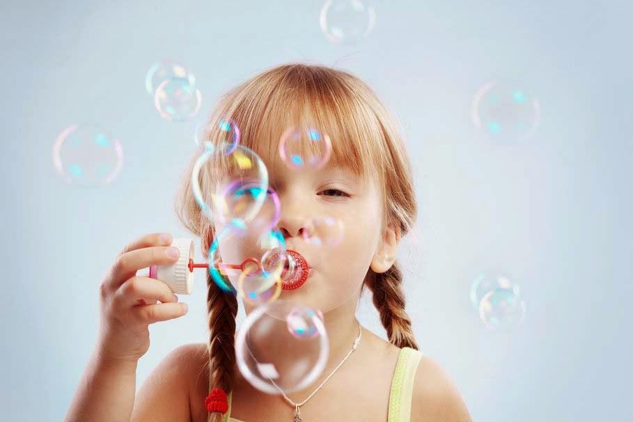 sevimli-küçük-kız kabarcıklar-joy-pic